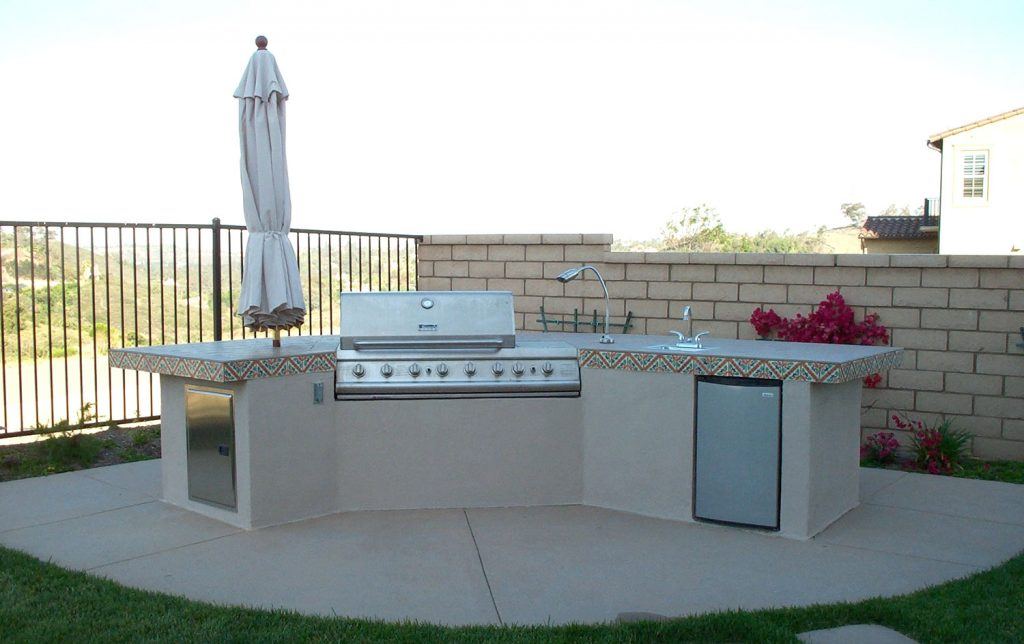 Freestanding outdoor grill island and kitchen